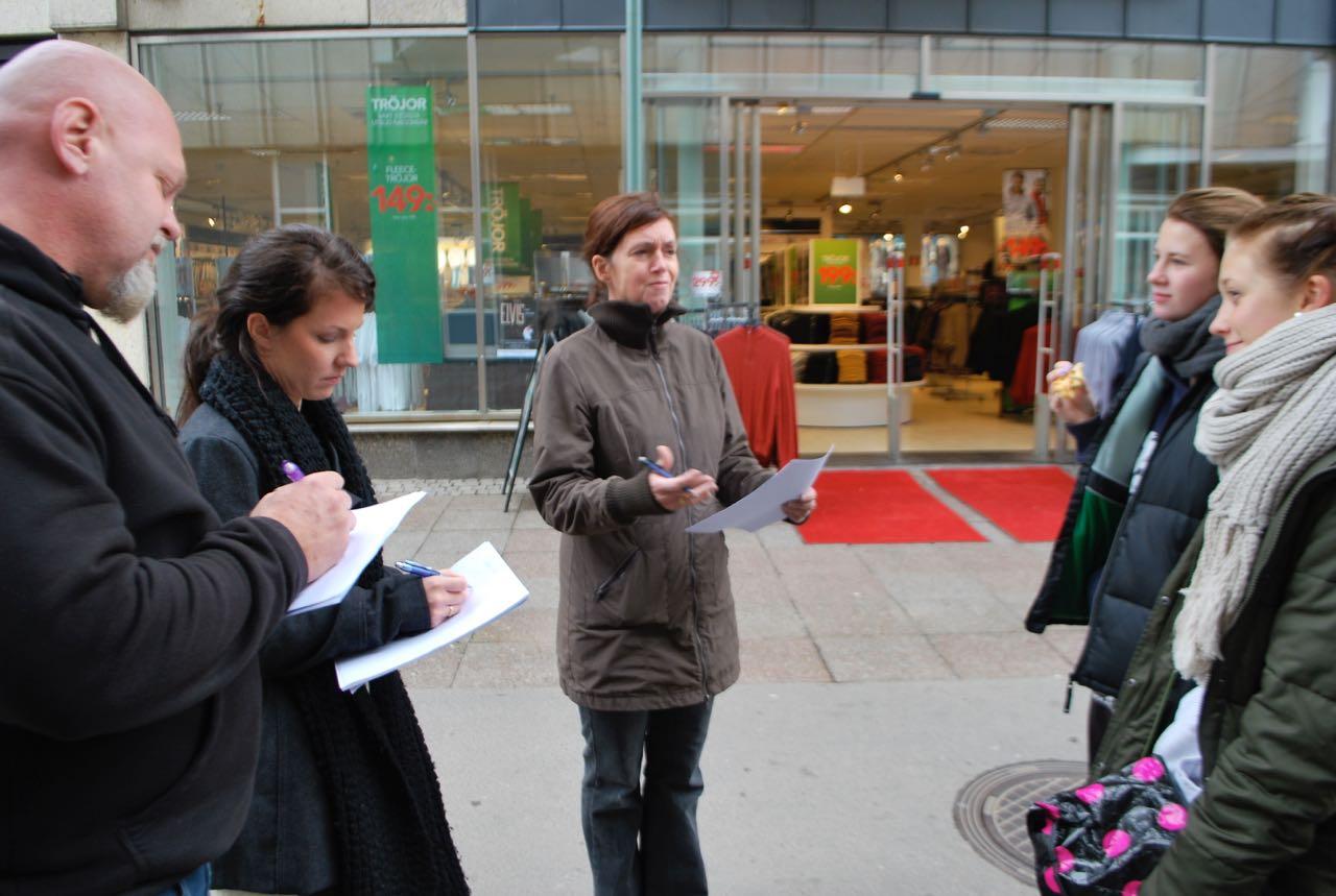 Robert Carlson, Ramona Byrö och Anja Praesto frågar folk på stan vad de tycker