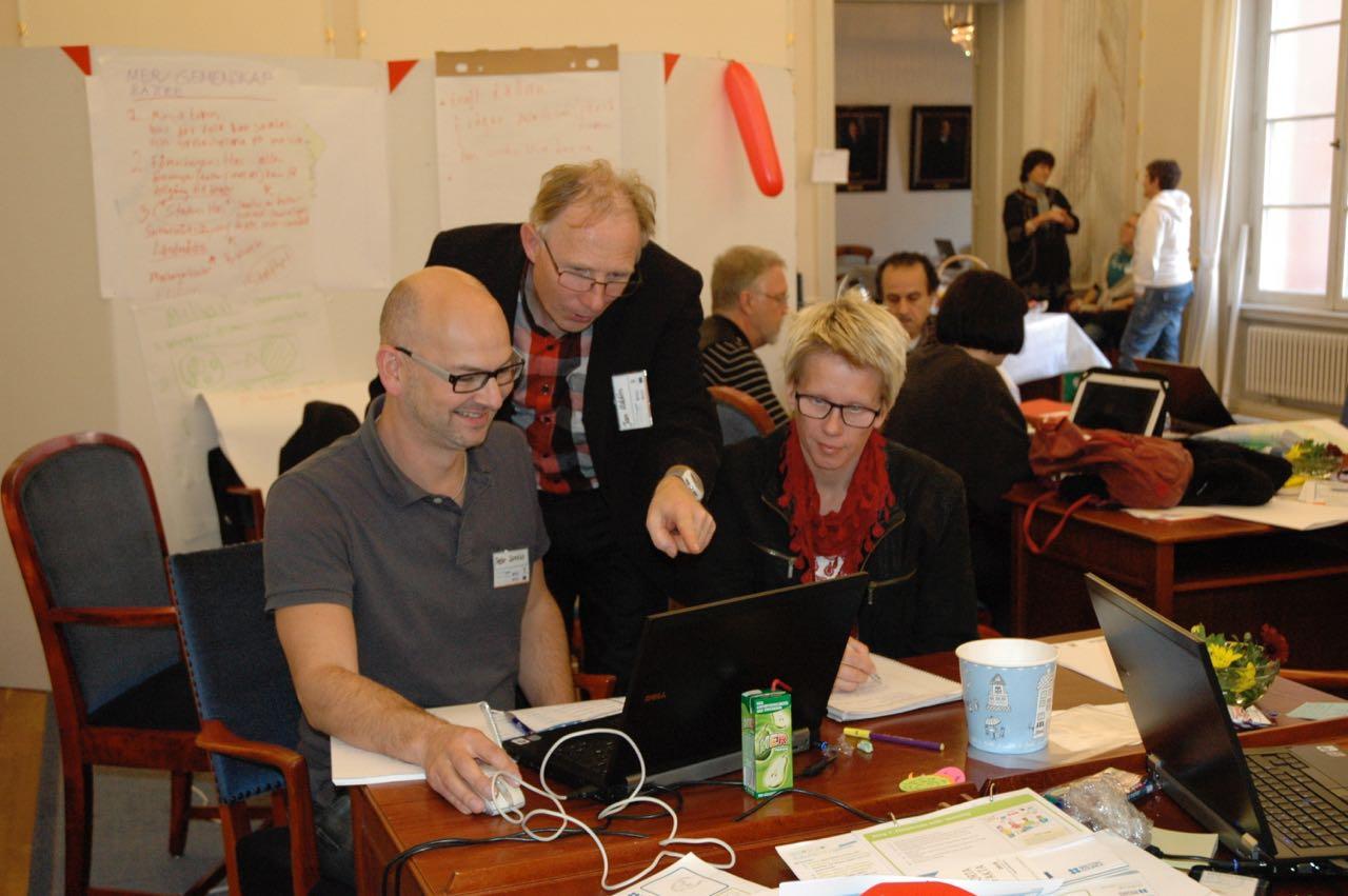 Delar av Orangea laget förbereder sin presentation