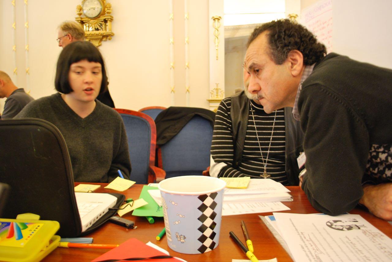 Fransesca Hansen, Bo Glans och George Athic i diskussion